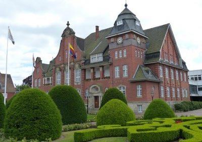 Papenburg Rathaus mit Garten
