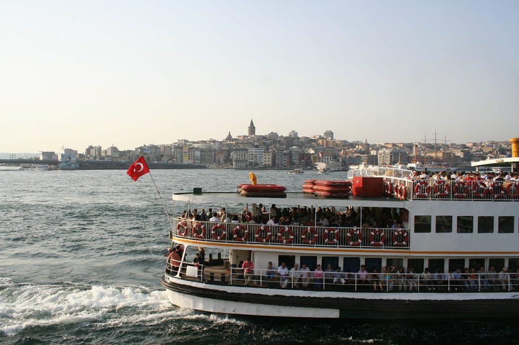 Sehenswürdigkeiten Istanbul. Vapur auf dem Bosporus