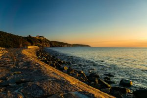 Urlaub im August: Sonnenuntergang am Strand